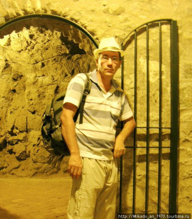 Через тонель в скале к лифту