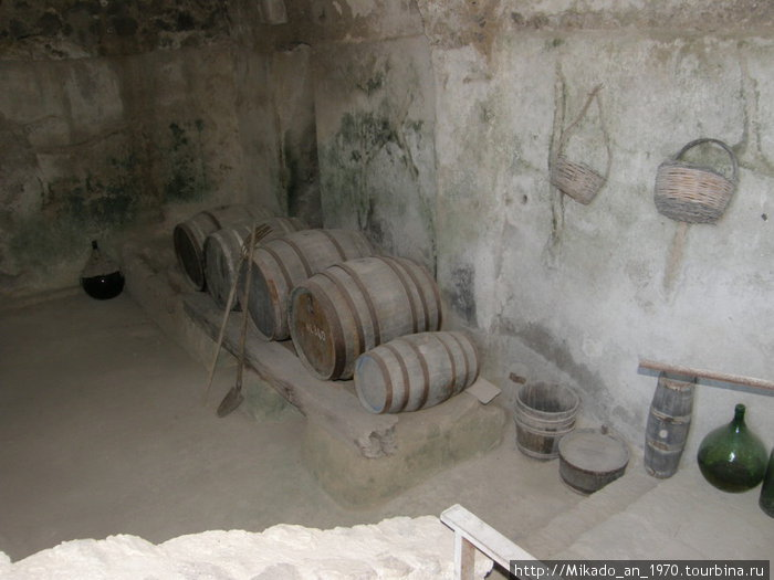 Винодельня — бочки из под вина