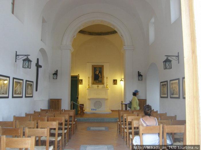 Одна из действующих церквей в замке