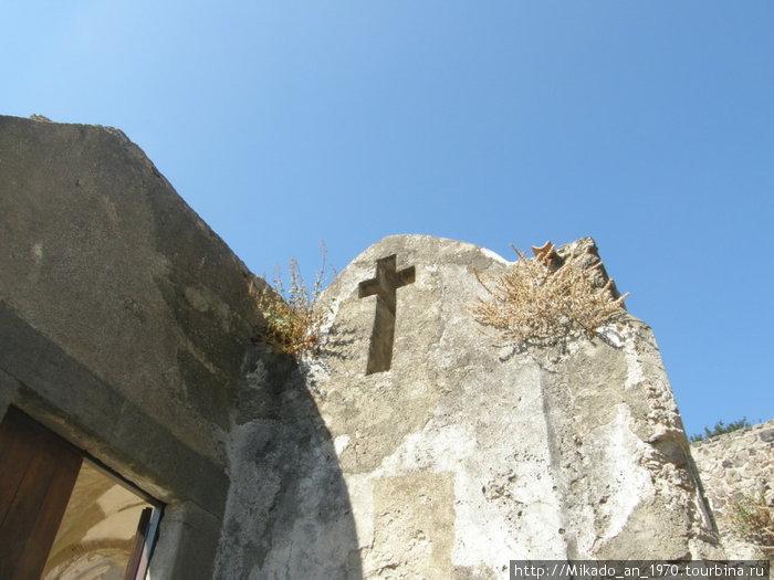 Крест в камне