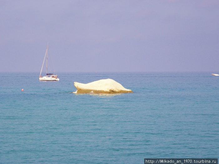 Белая скала в море