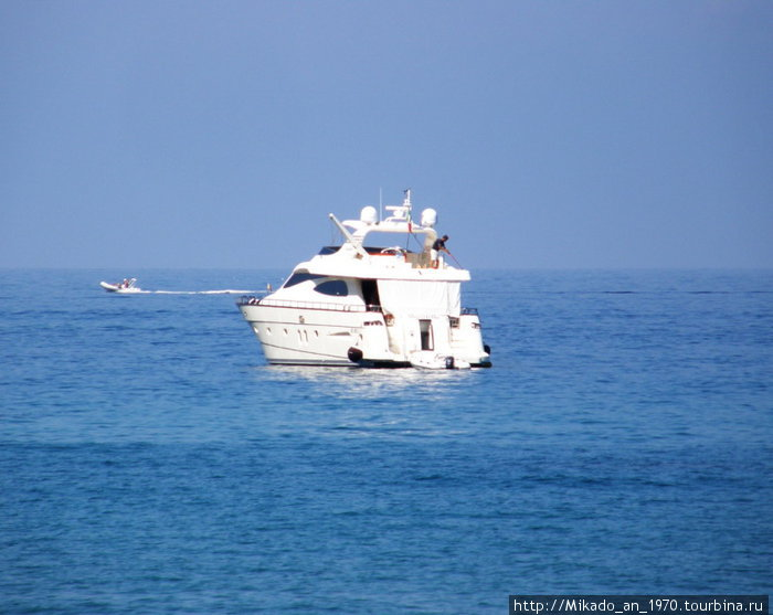 Белый катер-яхта