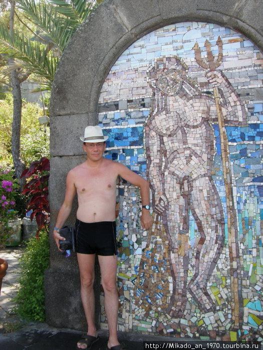 Я, слева, в садах Посейдона