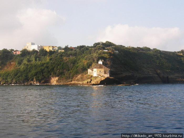 Одинокое здание на острове Прочида
