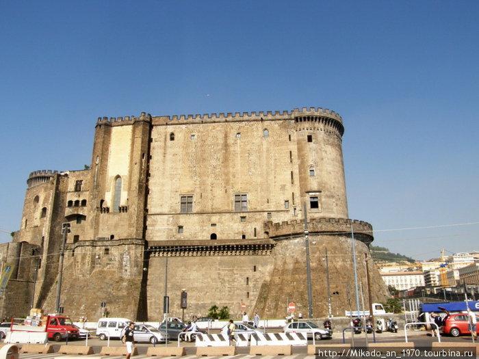 Кастелло Нуово — вид с порта
