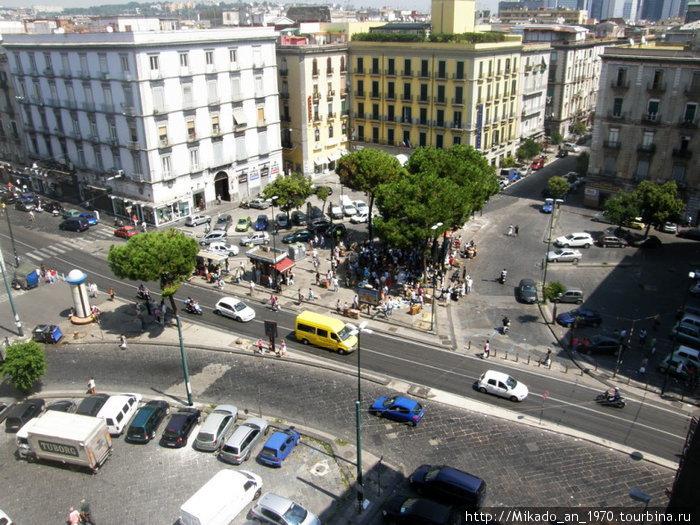 Вид с балкона на перекресток в Неаполе
