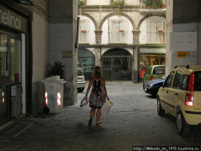 Неаполитанка спешащяя по делам