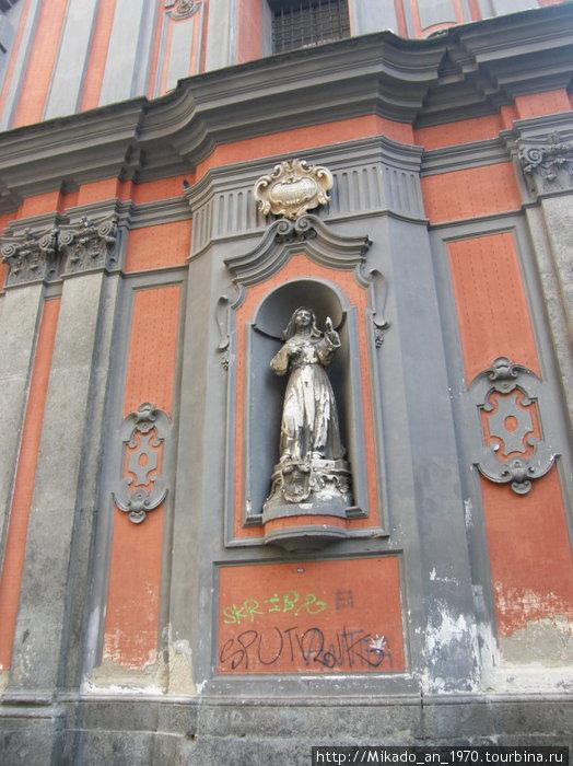 Скульптура в стене церкви Санта-Кьярра