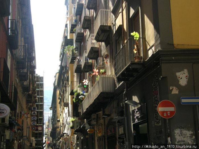 Узкая улица в Неаполе