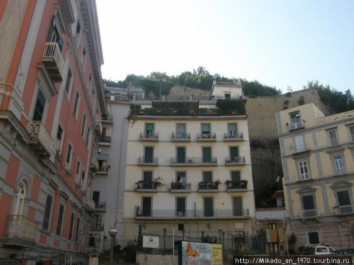 Неаполитанский двор у склона