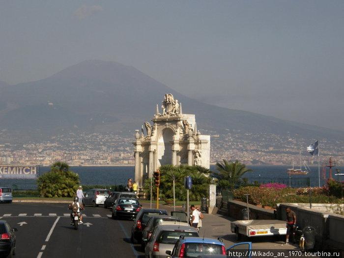 Арка на фоне Везувия