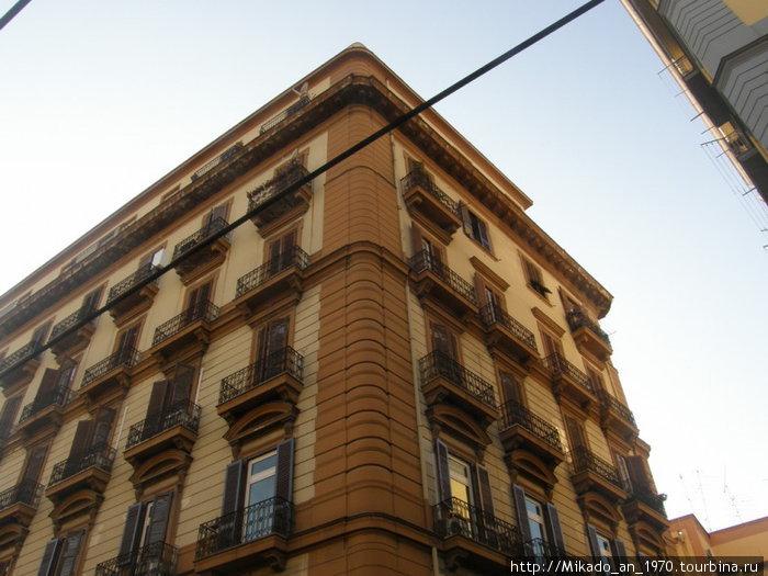 Не совсем характерная для Неаполя постройка
