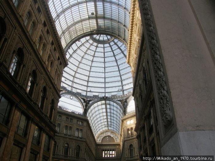 Галерея Умберто — общий вид потолка