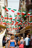 Улочка Сан Сезарио с маленькими кафешками и сувернирными лавками