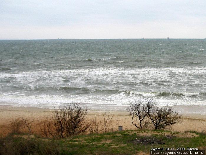 Море шумело, волновалось, забегало на берег, оставляло на песке мокрые следы и... было прекрасным.
