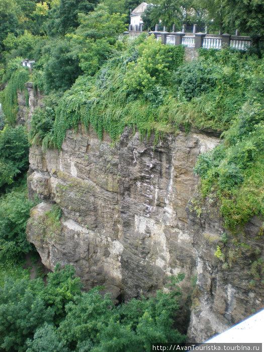 Отвесные скалы каньона р.Смотрич