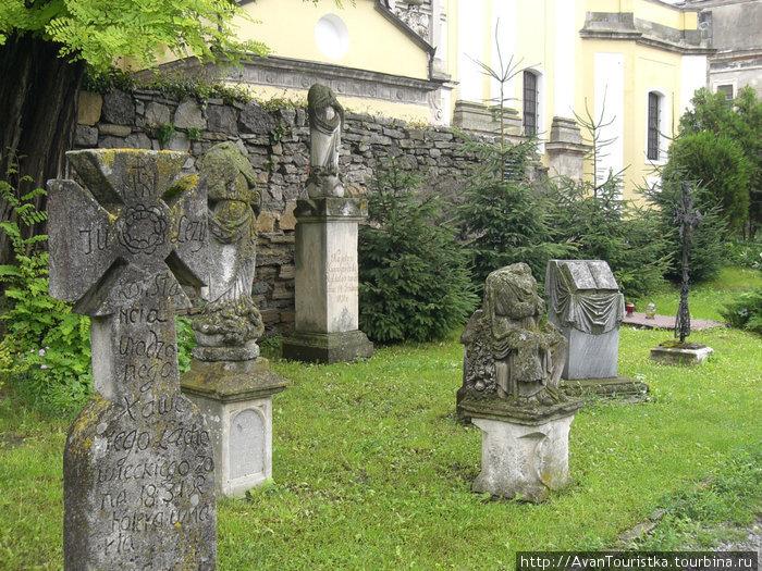 Старинные надгробие во дворе Кафедрального собора