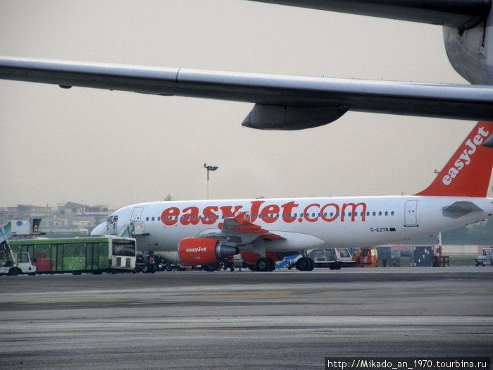 Наш самолет на взлетной полосе