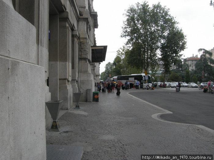 Миланский ж-д вокзал, боковой вход