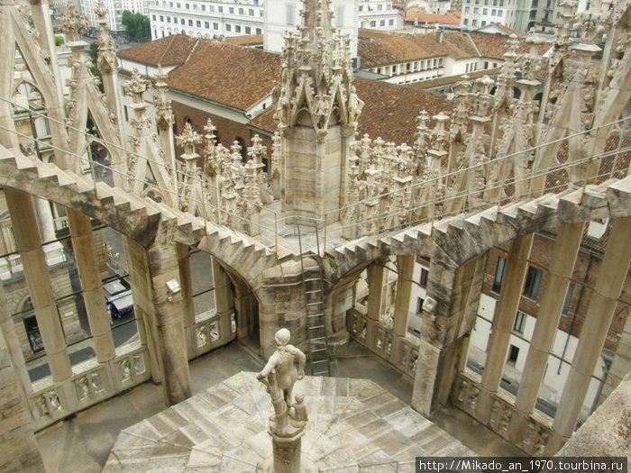 Крыша Дуомо — вид на статую внизу