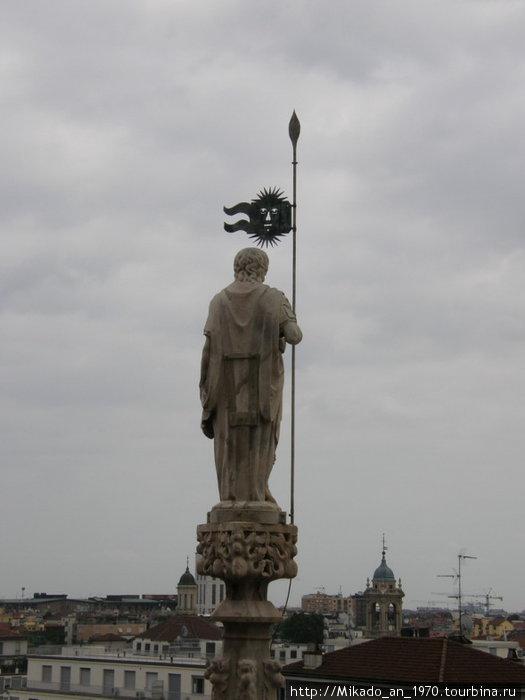 Взирающий на город с крыши Дуомо