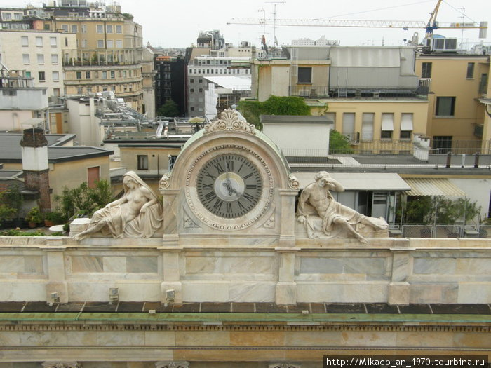 Часы напротив Дуомо