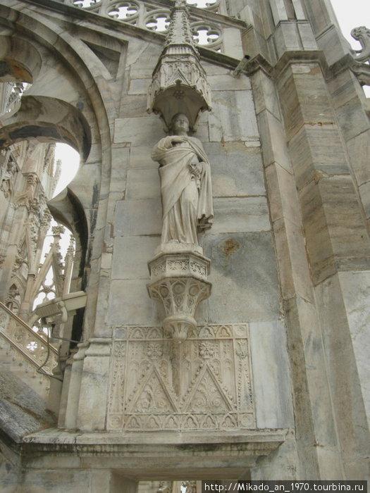 Скульптура на крыше, подпирает свод