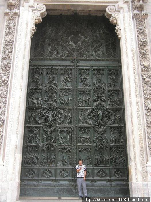 Центральная дверь в Дуомо