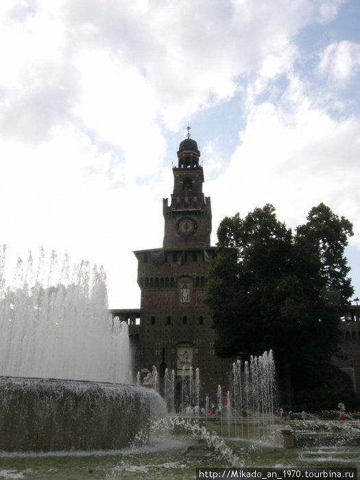 Башня замка Сфорца и фонтан перед ней