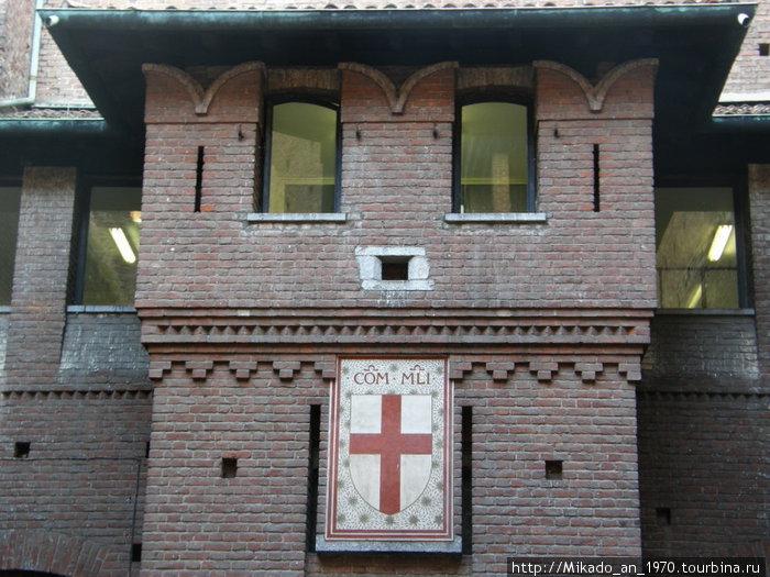 Геральдический знак на стене замка