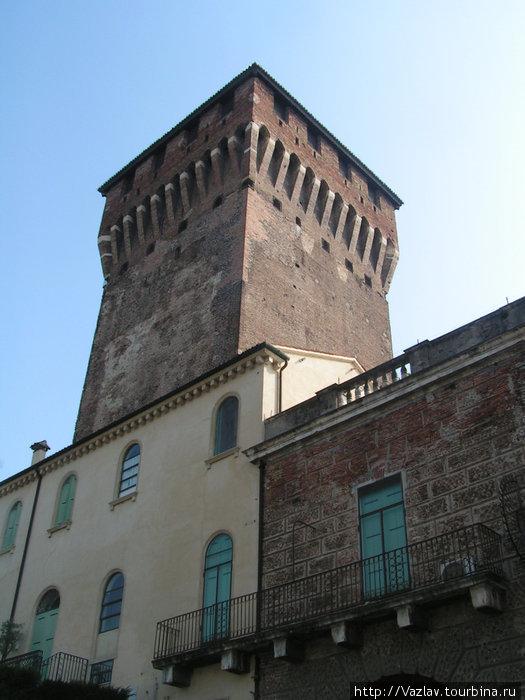 Башня и соседние дома