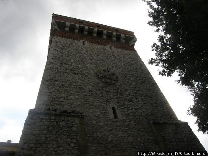 Старая башня с гербом