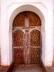 Двери как и везде в Марокко выдержаны в едином стиле. Хотя Касба Таурирт отреставрирована достаточно недавно, но роспись потолков и дверей, остаются как были, совсем старыми.