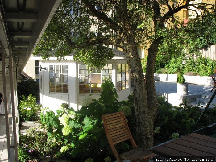 Во внутреннем дворике можно посидеть и под открытым солнцем и в беседке от непогоды спрятаться