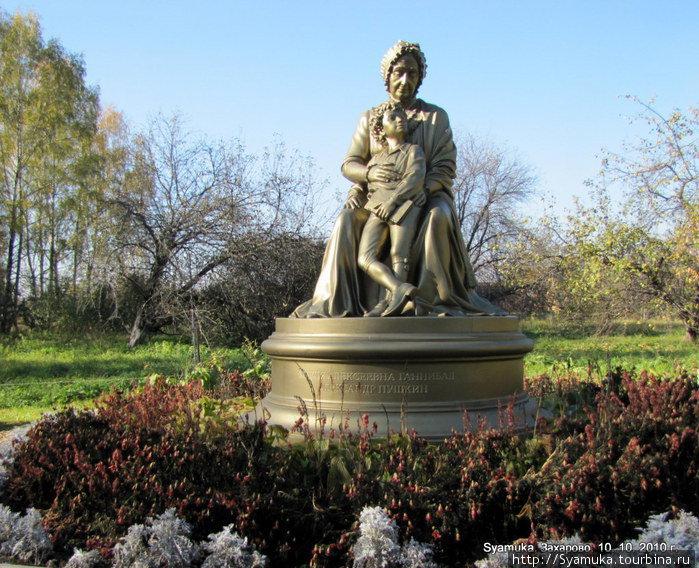 Памятник М. А. Ганнибал.