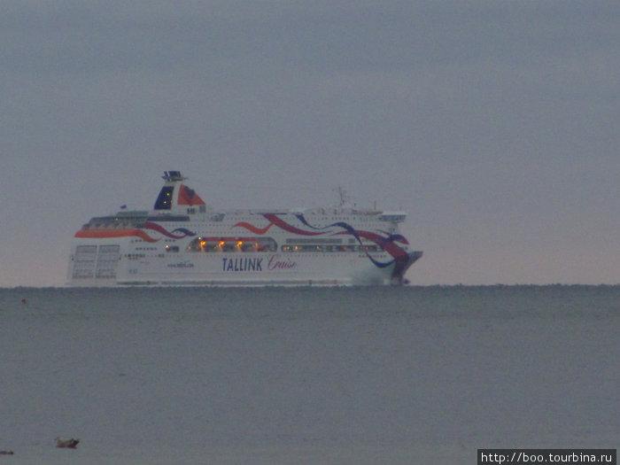 мимо полуострова проходит морской путь всех паромов, идущих из или в Таллин