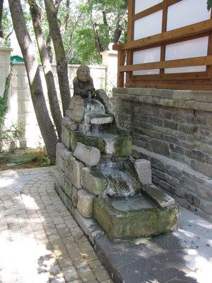 Нижняя часть парка отведена под уголок Японии с буддийским храмом, у входа в который сидит божок счастья с символом изобилия – рыбой в руках.