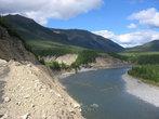 Справа от дороги течет река, тайга достаточно безлесиста.