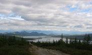 На переднем плане — пример дороги ведущей к озеро. На заднем — само озеро.