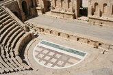 Только на сцене амфитеатра нет колонн.