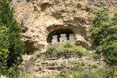 Пещера с молитвенными ступами