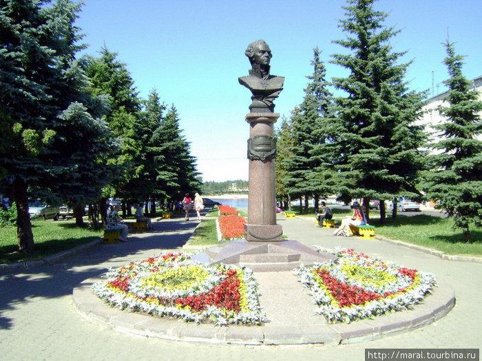 В погожие дни аллея, где установлен памятник адмиралу Ушакову, — любимое место отдыха горожан