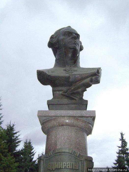 27 июля 1996 года, когда Россия отмечала 300-летие Военно-морского флота, в Рыбинске на улице Стоялой был установлен памятник Фёдору Ушакову