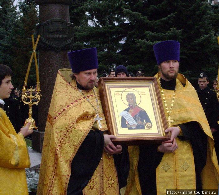 Раз в год, 15 октября, в День памяти святого праведного воина Феодора Ушакова, священники выносят икону из храма – для участия в шествии по главной улице Рыбинска к памятнику адмиралу