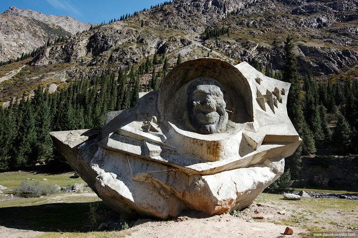 Старый памятник Гагарину,