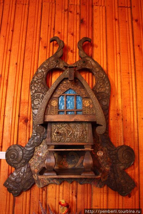 А это просто сказочная полочка!!! Синтез дерева и металла. Создана в знаменитых мастерских художников княгини М.К. Тенишевой.