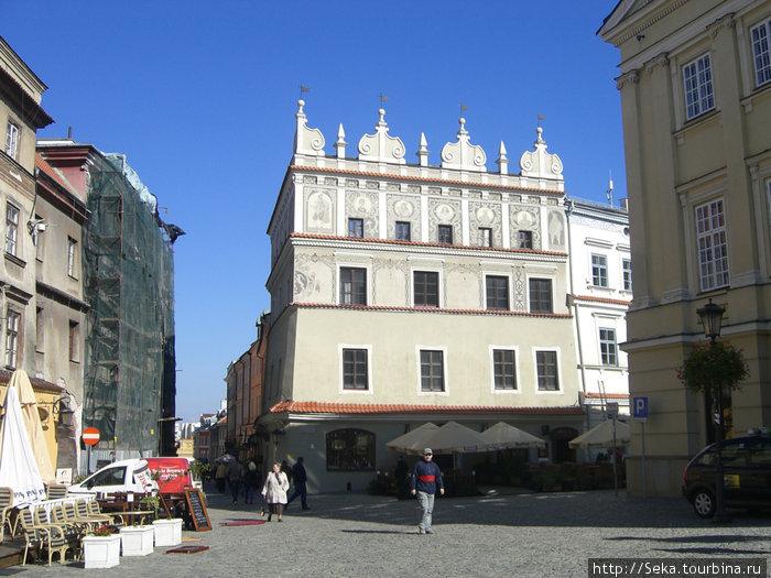 Справа — здание Коронного