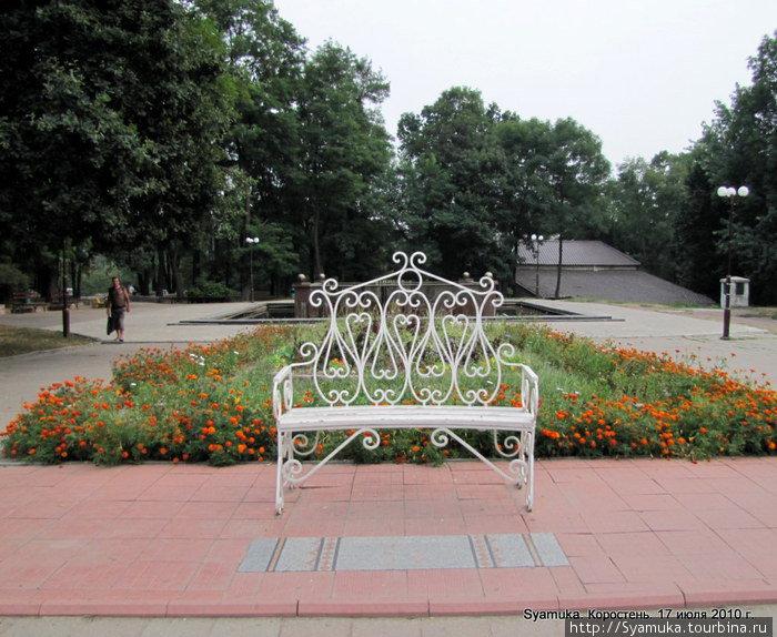 Перепутать волшебницу с любой другой скамейкой невозможно: у ее подножья — свадебный рушничок.