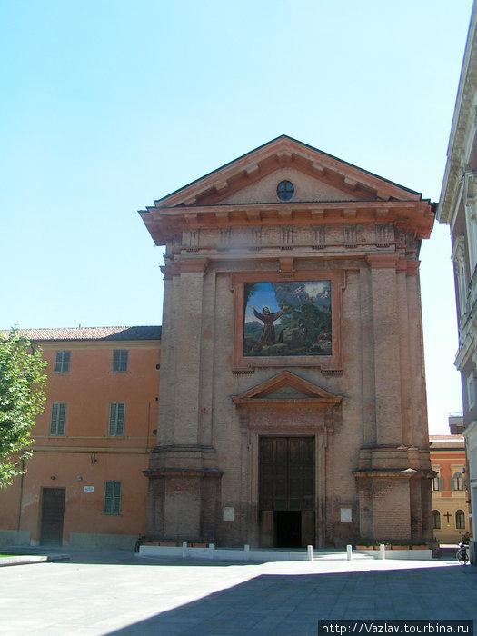 Фасад церкви; мозаика отчётливо видна над входом