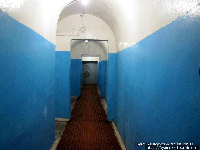 ...узкий длинный коридор. Общая длина коридоров среднего уровня, составляет 156 метров, ширина — 1.1 метр. По обе стороны коридора — маленькие